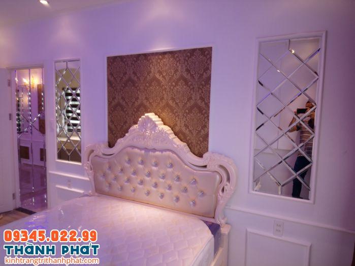 Gương dán tường trang trí phòng ngủ