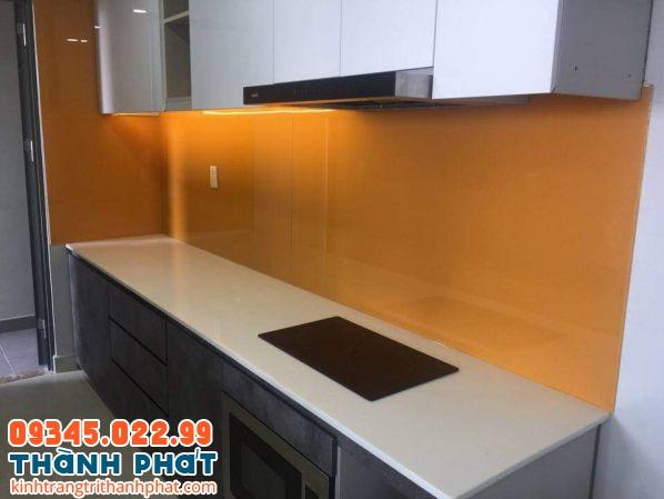 Mẫu kính ốp bếp đẹp màu cam