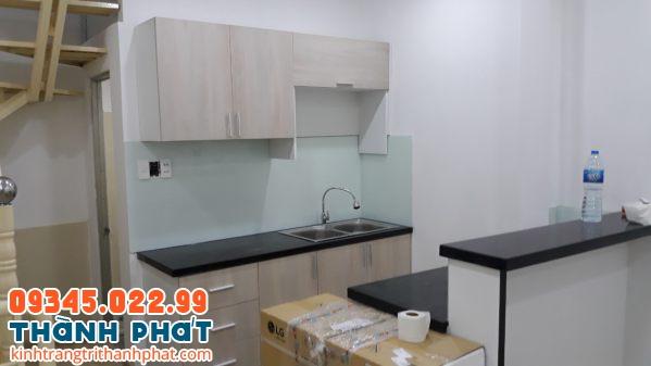 Mẫu kính ốp bếp đẹp trắng xanh