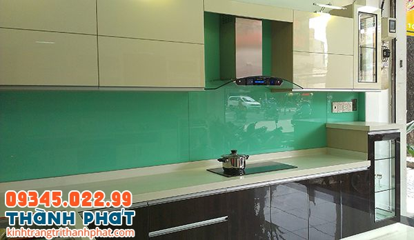 Mẫu kính ốp bếp đẹp màu xanh ngọc