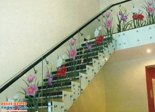 cầu thang kính họa tiết