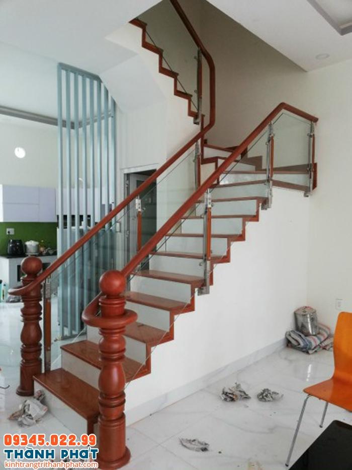 mẫu cầu thang gỗ kính