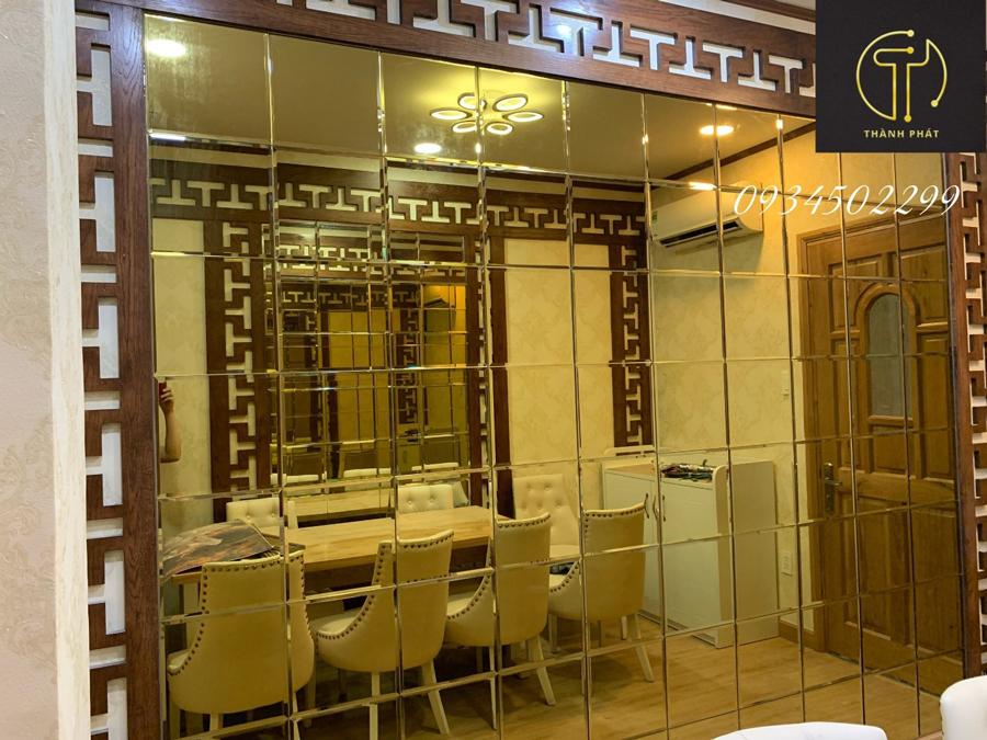 Vách 1 - Kính thủy màu vàng gold được sử dụng để trang trí tại nhà hàng Phương Đông 179 Hai Bà Trưng, Quận 3, TP Hồ Chí Minh