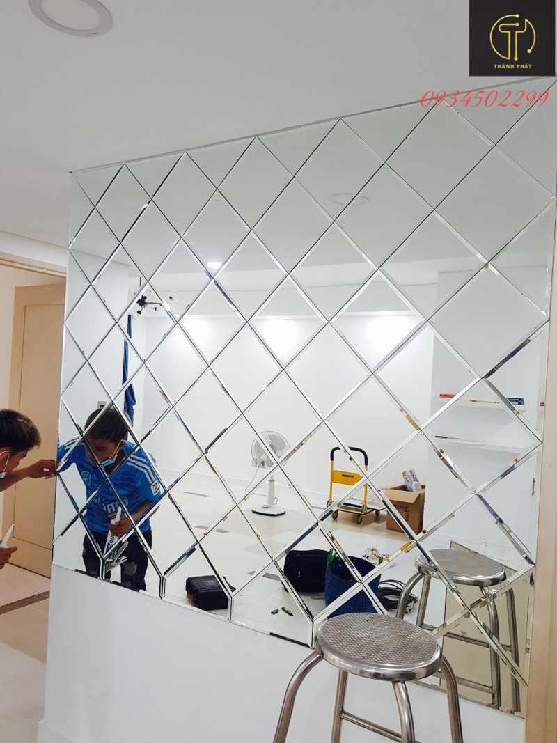 lắp đặt gương dán tường